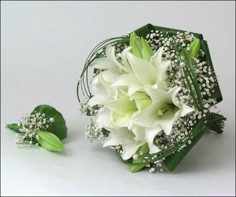 Букет невесты 20.  Лилии.  Круглый букет из лилий, украшенный бусинками...